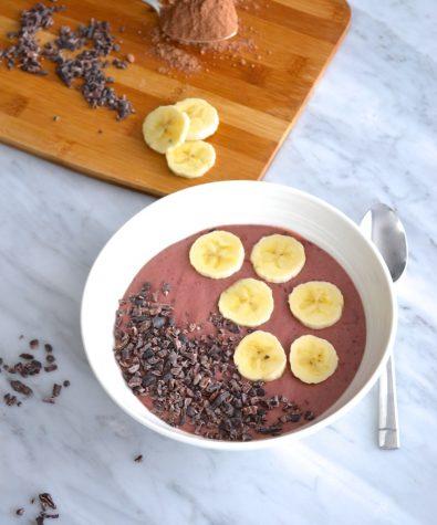 Bol de smoothie aux cerises et chocolat
